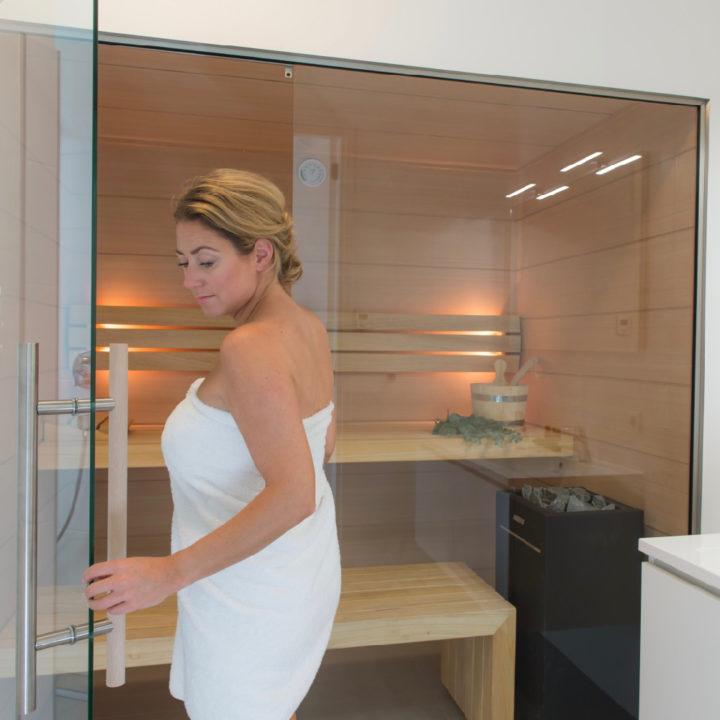 Vrouw stapt de sauna in