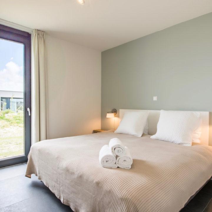Slaapkamer met zachtgroene muur