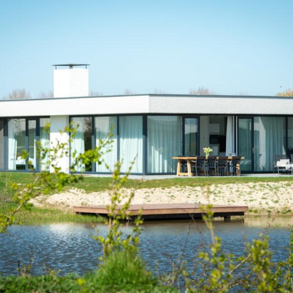 Moderne villa met grote ramen op een park in Zeeland
