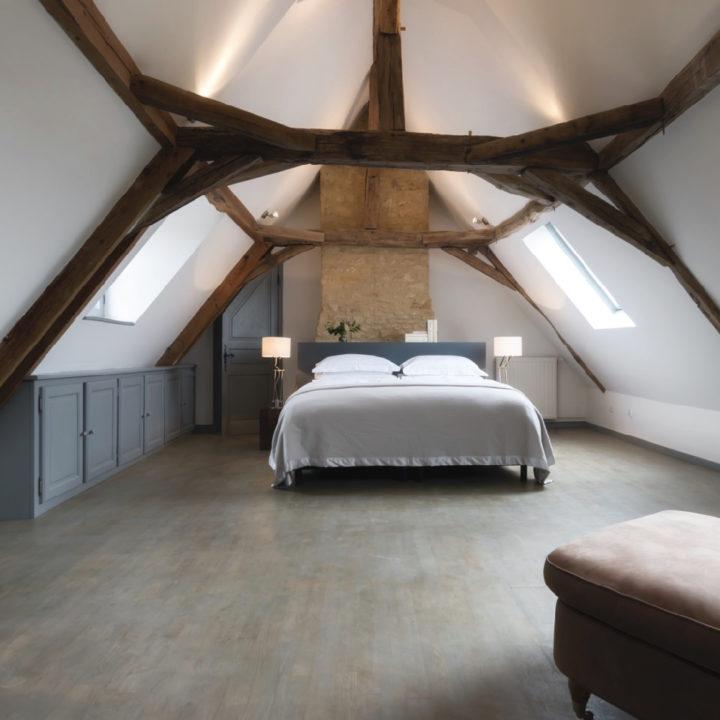 Ruime tweepersoons slaapkamer met stoere gebinten