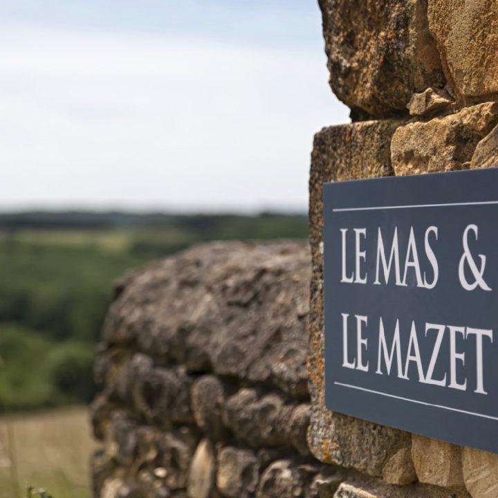 Grijs bordje met de naam Les Mas en Le Mazet