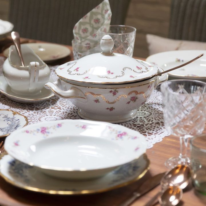 Gedekte tafel met porseleinen soepschaal