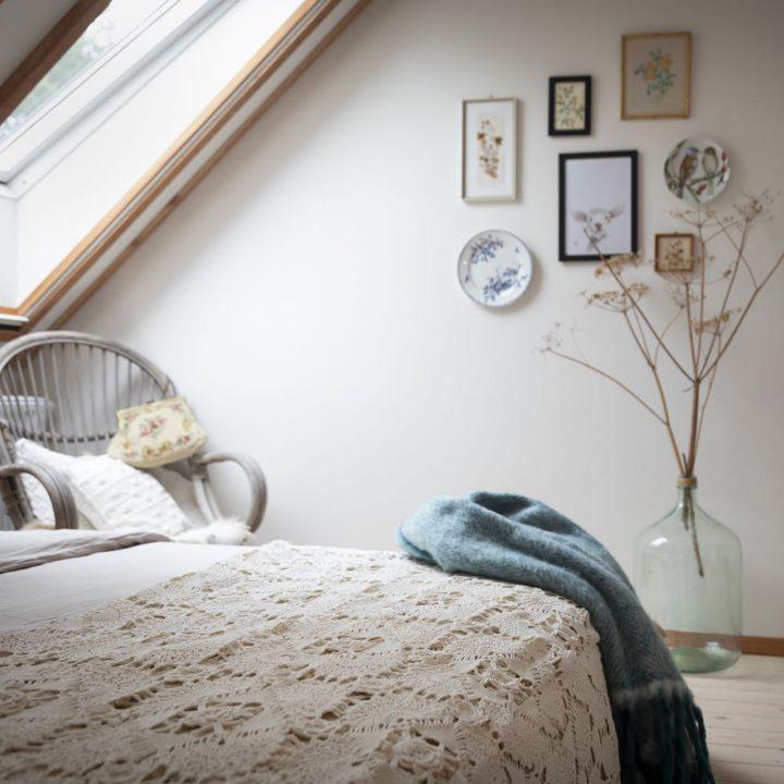 Slaapkamer met plant en schilderijtjes aan de wand