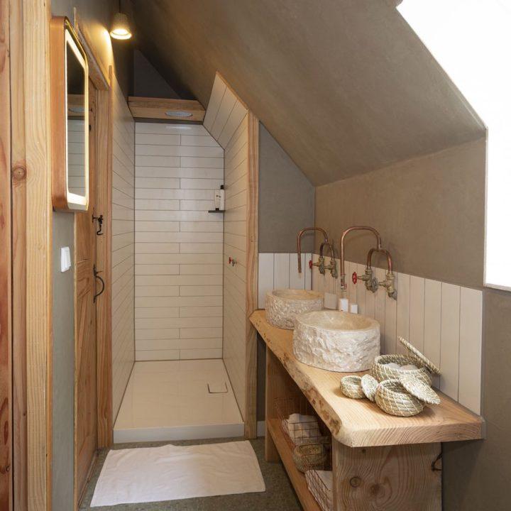 Badkamer met inloopdouche en twee wastafels