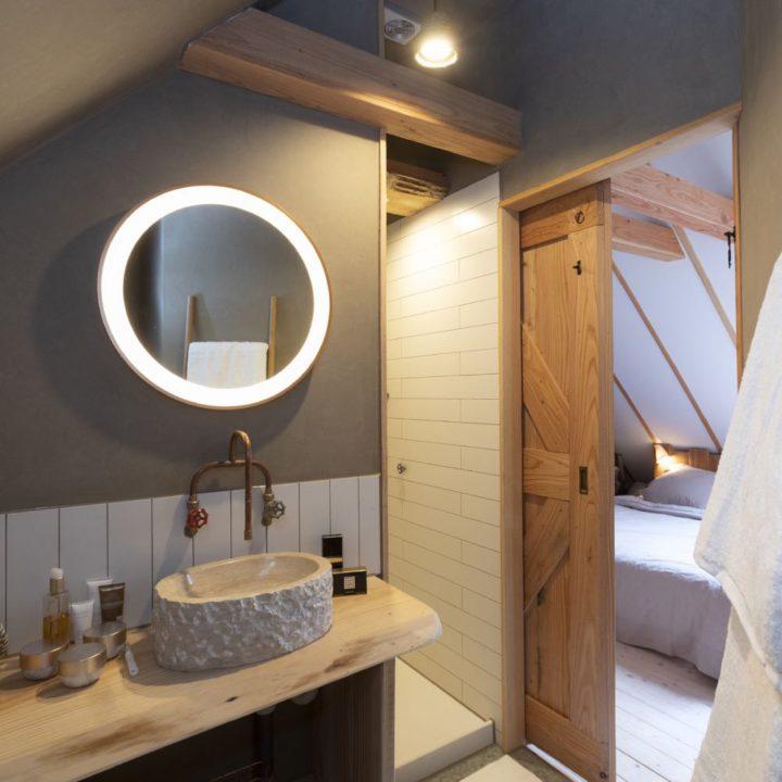 Slaapkamer met eigen badkamer en houten schuifdeur