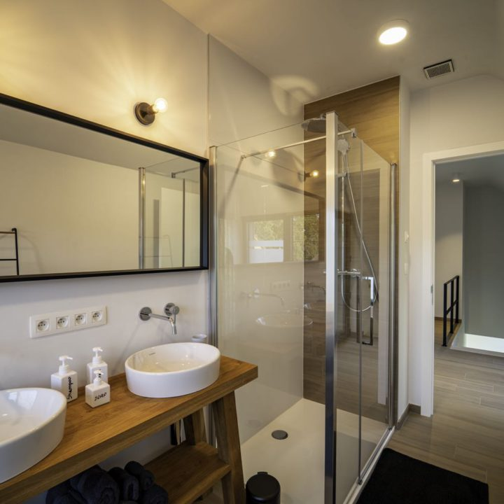 Badkamer met moderne douchehoek