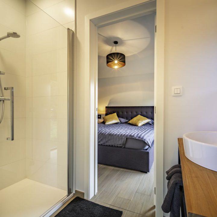 Doorkijk vanuit badkamer naar de slaapkamer
