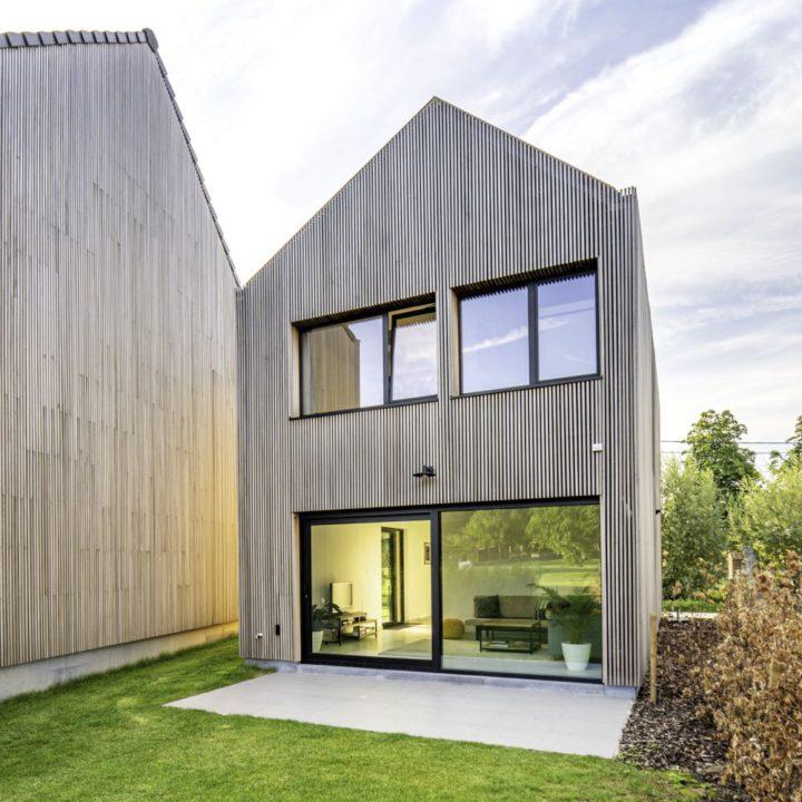 Moderne houten vakantiewoning met grote ramen