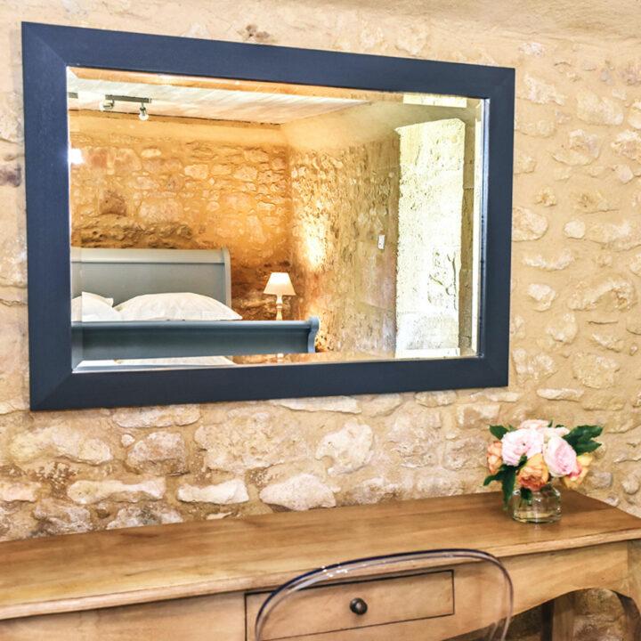 Spiegel boven een houten sidetable