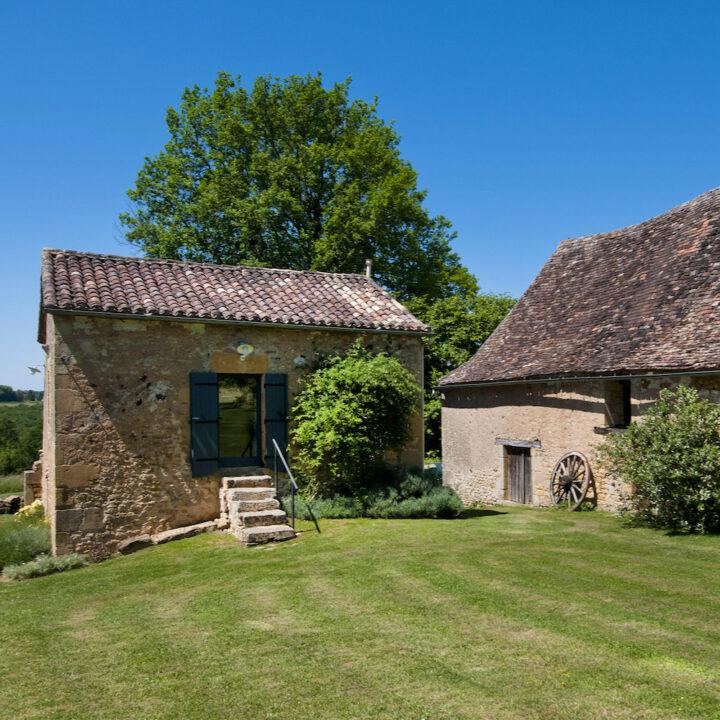 Frans vakantiehuis met groen grasveld ervoor
