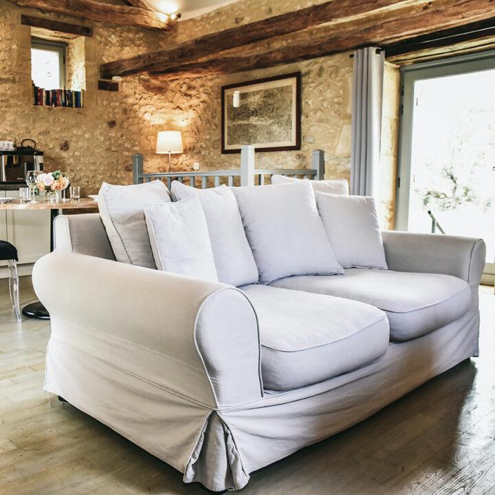 Zithoek met comfortabele bank in het Franse vakantiehuis