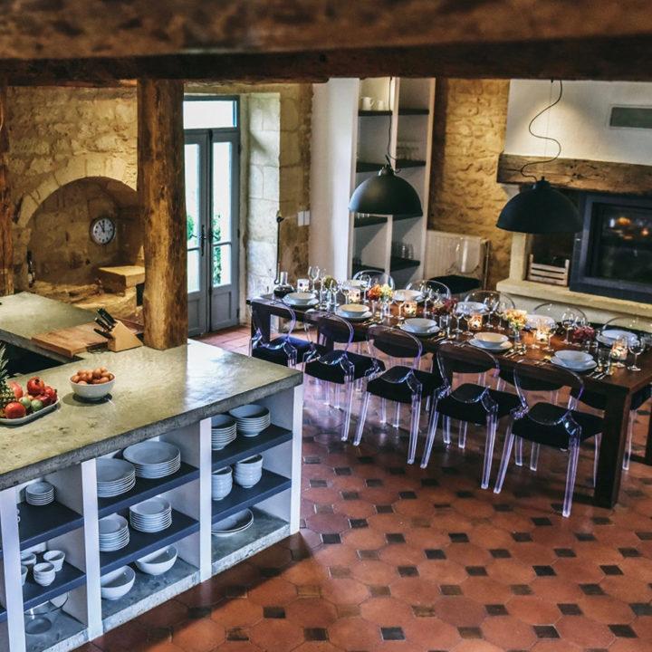 Luxe keuken met een lange tafel voor de gasten