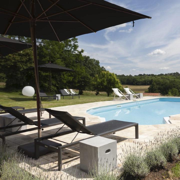Zwembad met ligstoelen op een Frans vakantieadres