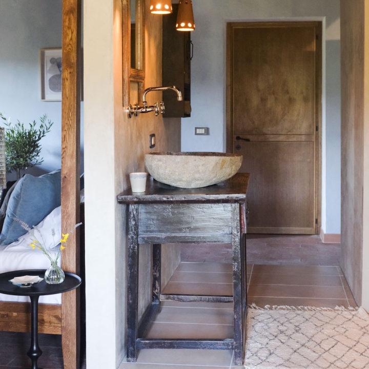 Open badkamer met warme kleuren