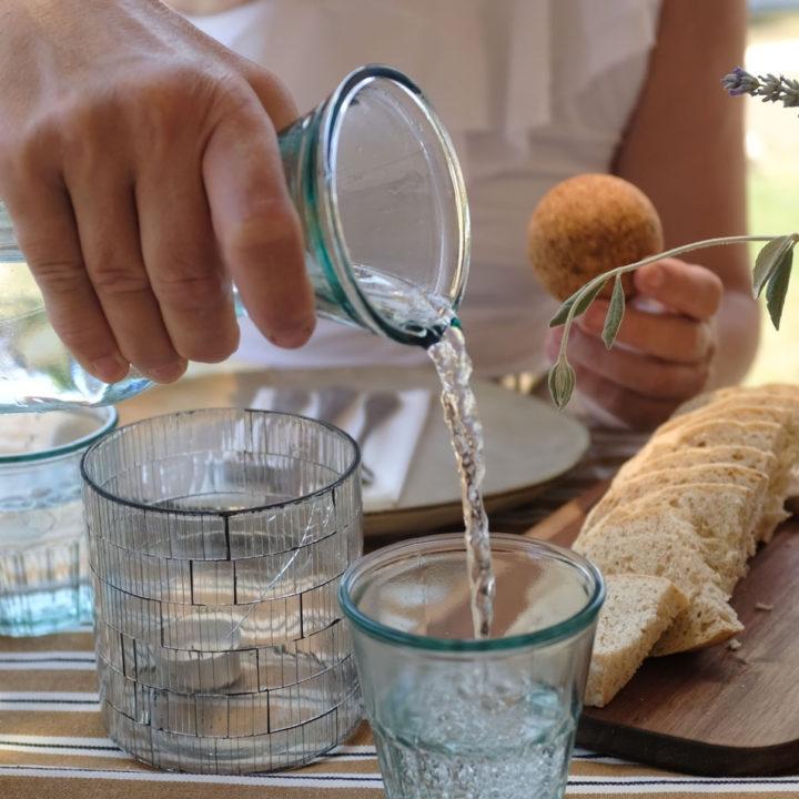 Borrelen met ballen, brood en glaasje water