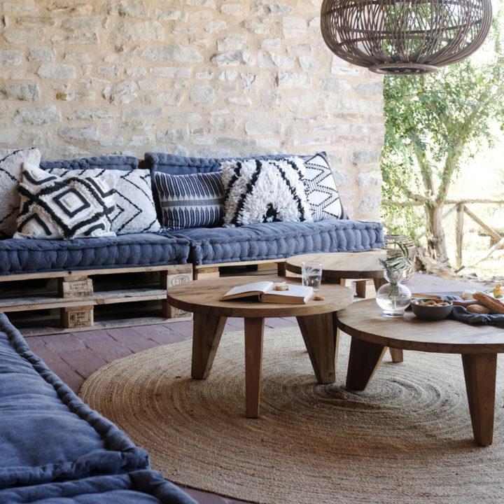 Loungehoek met lekkers op tafel, op het terras van een appartement in Umbrië