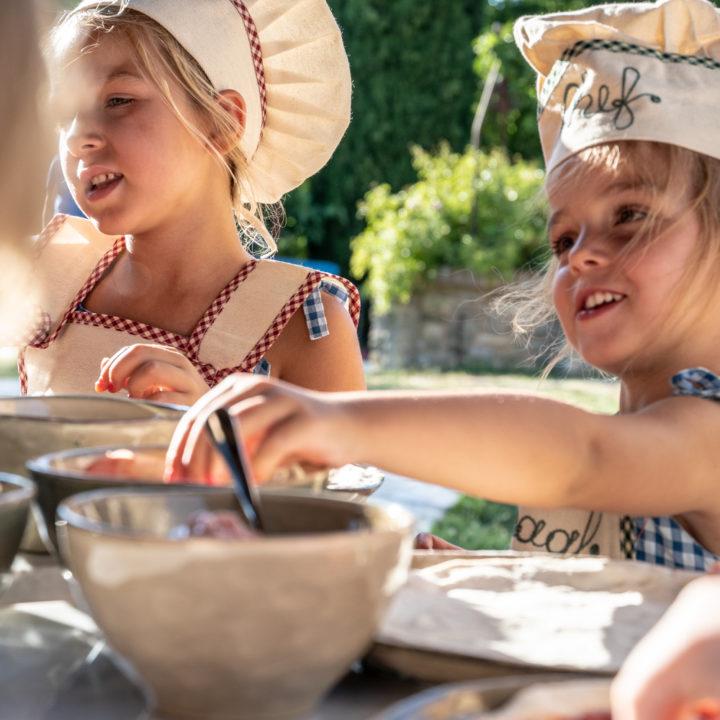 Kinderen bakken pizza's