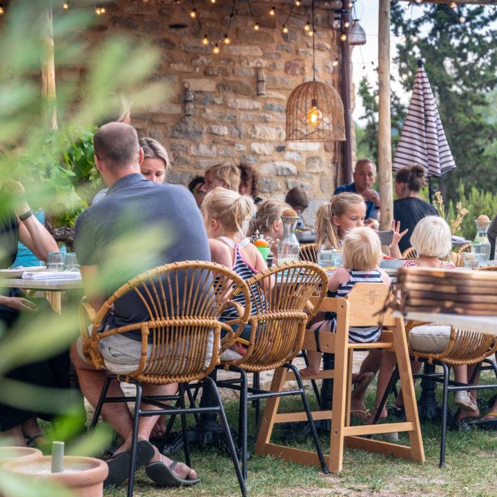 Lange tafels met vakantiegasten
