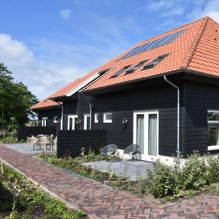 Zwart houten gebouw met bed and breakfast