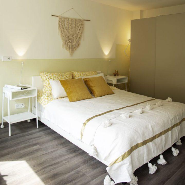 Huisje met een lichte slaapkamer voor twee personen