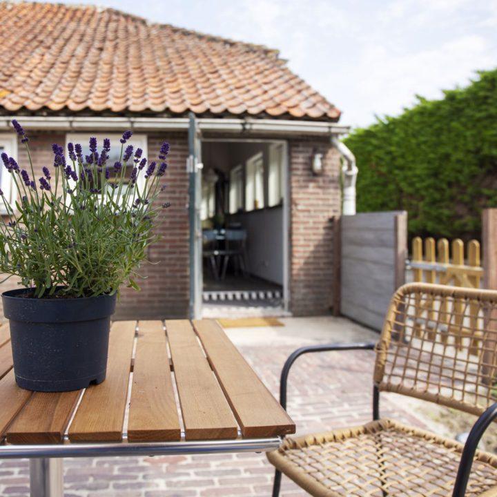 Lavendel op tafel in de tuin van een vakantiehuis