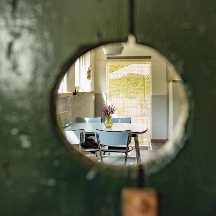 Doorkijkje naar de vintage zithoek in het vakantiehuis