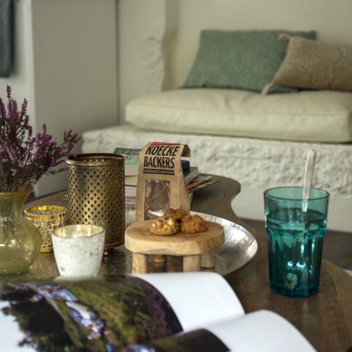 Tafel met tijdschrift, koekjes en thee