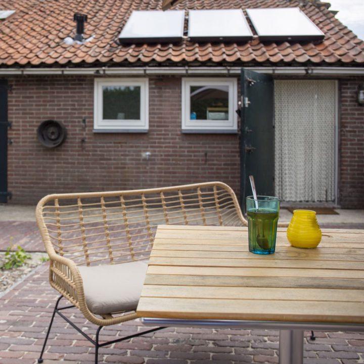 Tuintafel en stoel in de tuin van een vakantiehuis