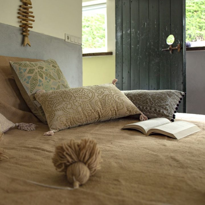 Kussens en boek op bed