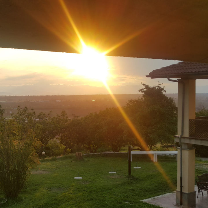 Zonsondergang boven de heuvels in de Piemonte