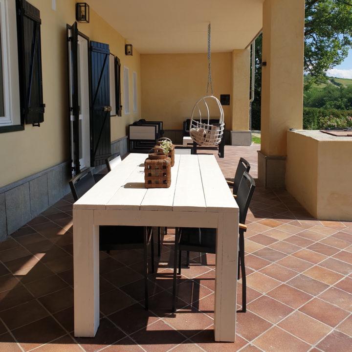 Overdekt terras met steigerhouten tafel