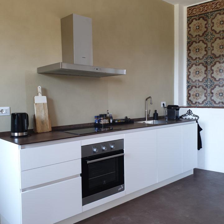 Witte strakke moderne keuken in een vakantiehuis in de Piemonte