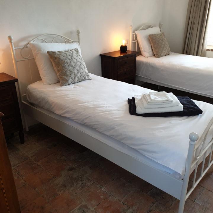Twee vrijstaande bedden in een vakantiehuis in Italië