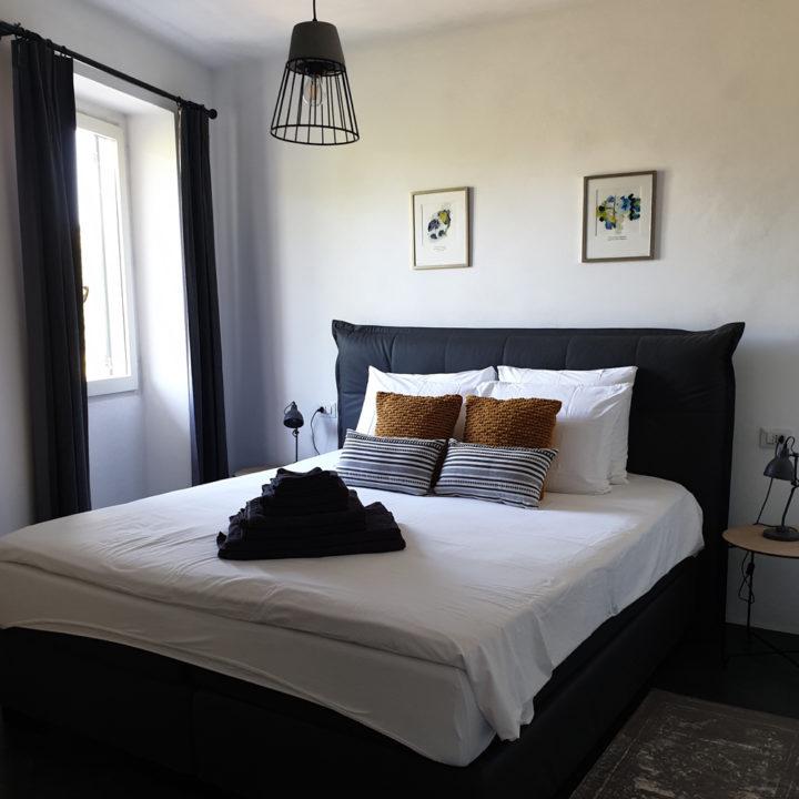 Opgemaakt bed in een vakantiehuis in Noord-Italië