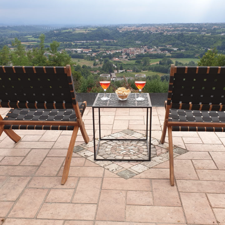 Borreltijd op een terras met zicht over de heuvels van de Piemonte