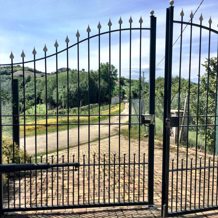 Openstaand hek bij een landhuis in Noord-Italië