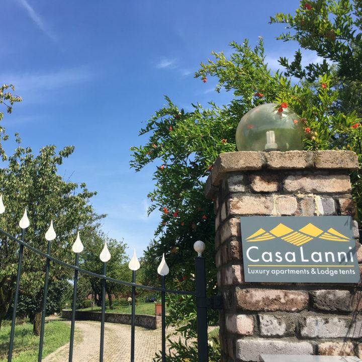 Entree met ijzeren poort en naambord met Casa Lanni
