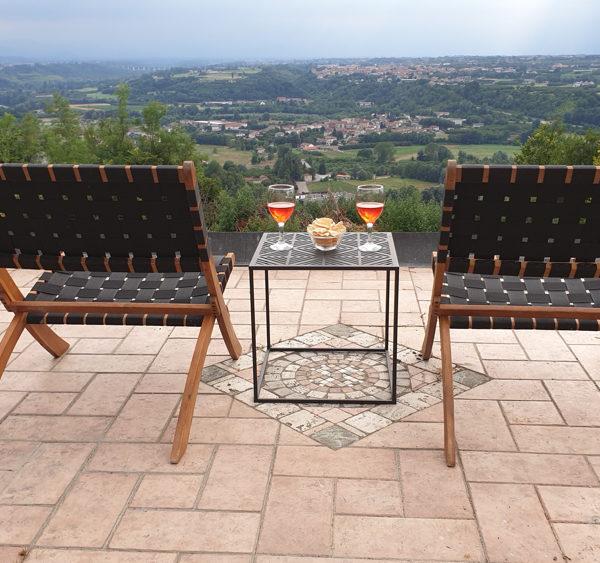 Comfortabele stoelen op het terras met glaasje rose, in de Piemonte