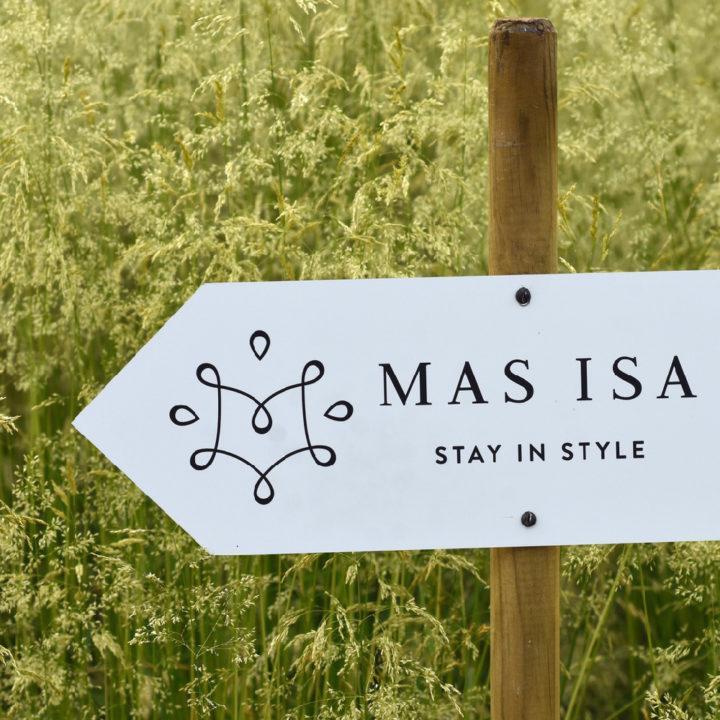Wit bordje met de naam MAS ISA