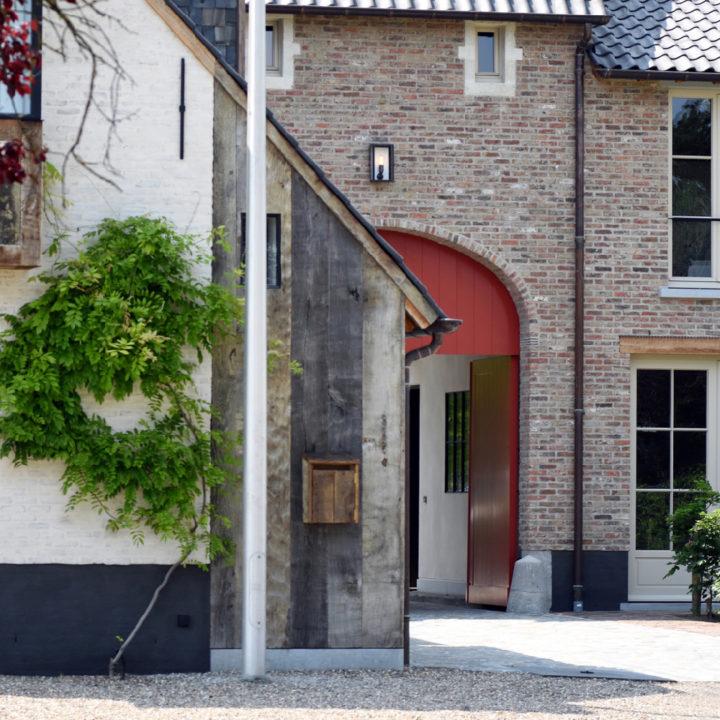Grote rode houten deuren, die openstaan voor de gasten
