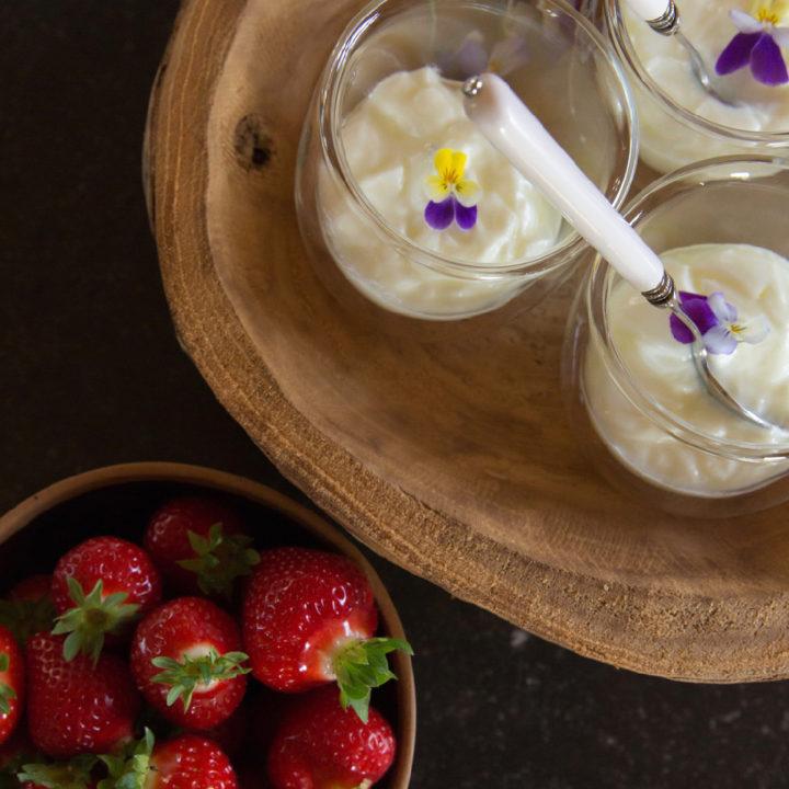 Glaasjes yoghurt en aardbeien