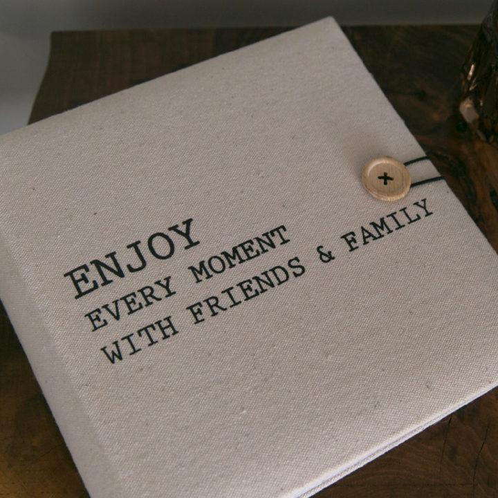 Gastenboek met tekst Enjoy every moment with friends & family