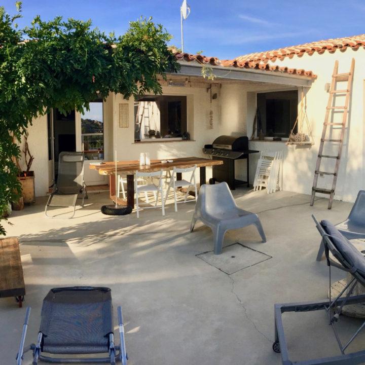 Terras met eettafel en lekkere stoelen bij een vakantiehuis op Sardinië