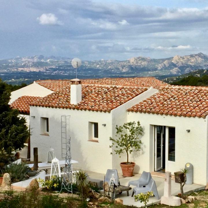 Wit vakantiehuis in de bergen van Sardinië