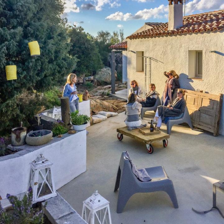 Borrelen met vrienden in het zonlicht bij een vakantiehuis