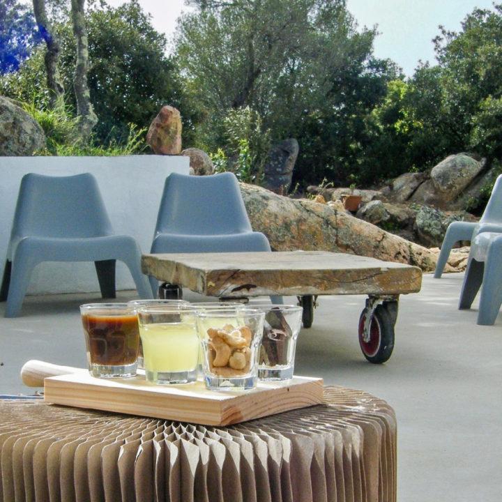 Borreltijd op een terras bij een vakantiehuis in Sardinië