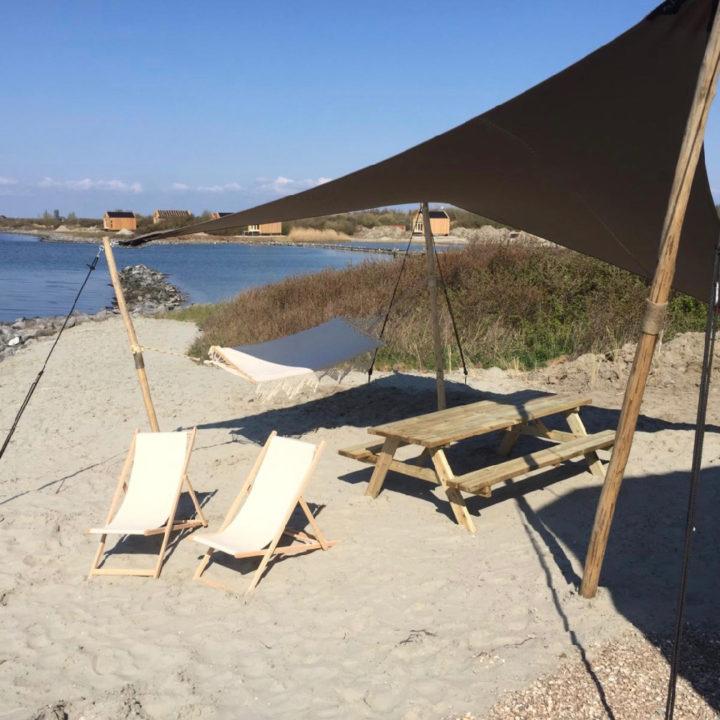 Schaduwdoek met twee witte strandstoelen