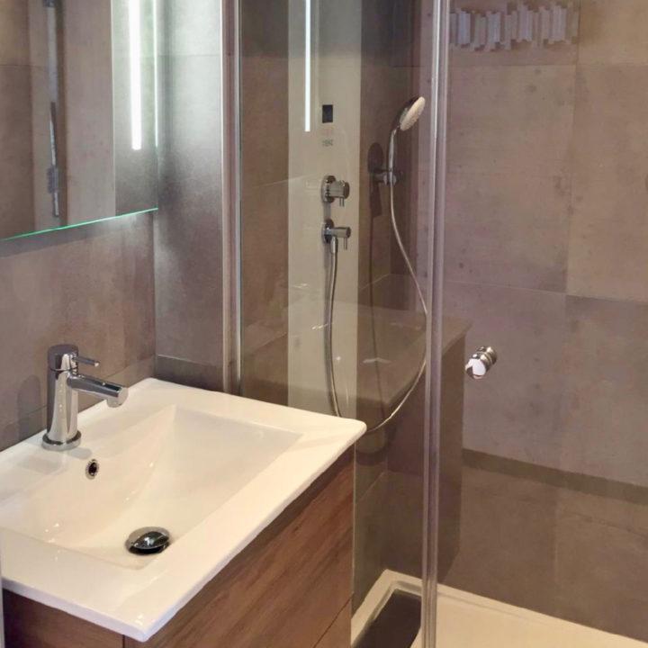 Kleine moderne badkamer met grijze wandtegels