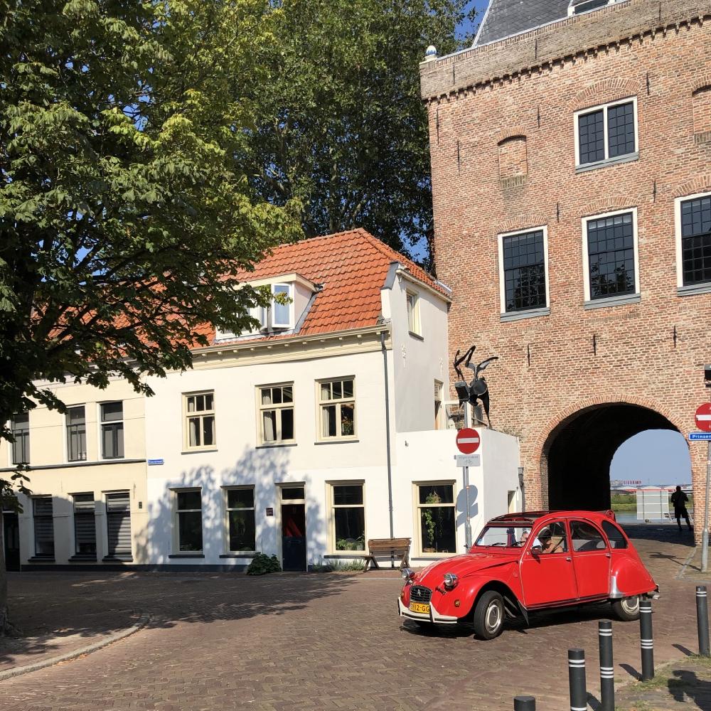Een rode lelijke een voor de stadspoort in Kampen