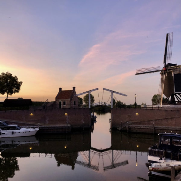 De brug bij de haven gaat open tijdens zonsondergang